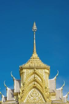 Toit du temple, sanctuaire bouddhiste à chanthaburi