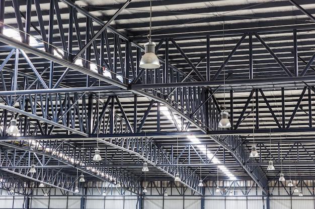 Toit de la grande structure d'entrepôt moderne