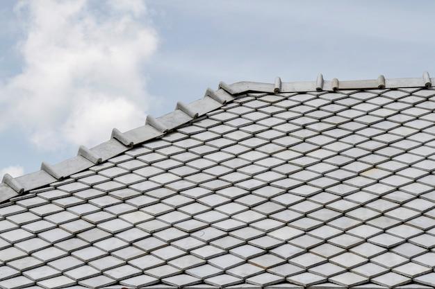 Le toit gris et le ciel en thaïlande