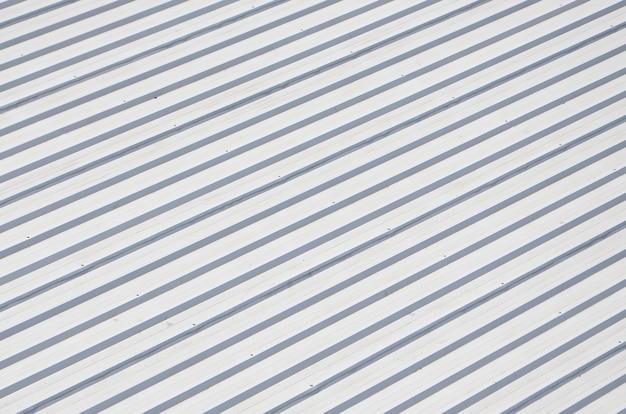 Toit gris métal à reliefs parallèles rythmiques