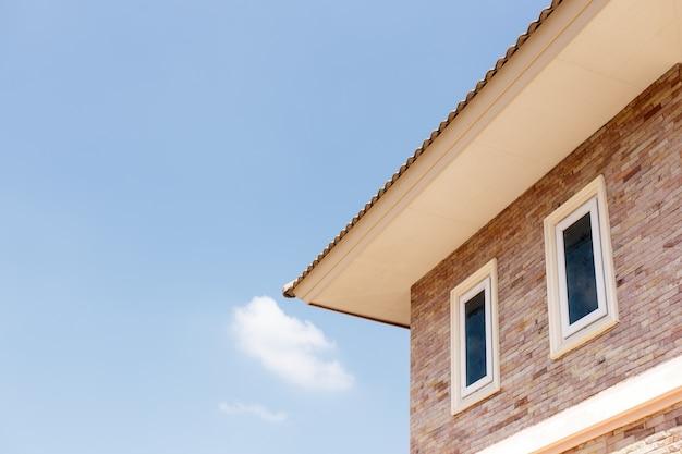 Toit de la maison contre un ciel bleu