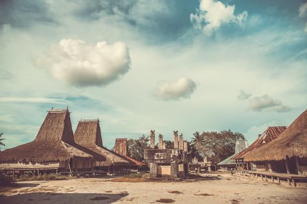 Le toit de paille abrite des tombes village traditionnel de sumba règlement authentique sur le fond de ciel nuageux