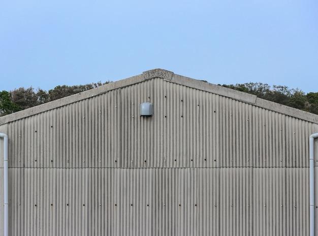 Toit en pignon de la façade de la plaque métallique ancienne usine.