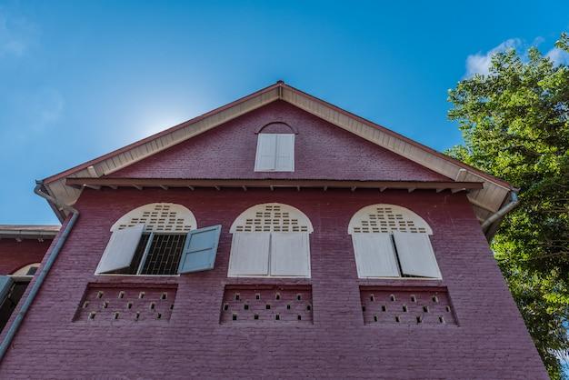 Toit à pignon, maison ancienne aux fenêtres en bois