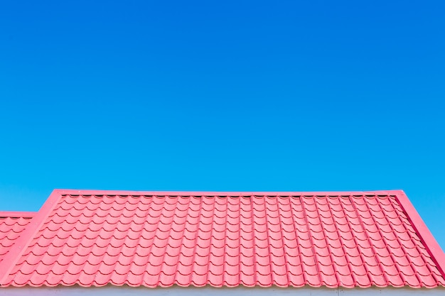 Toit rose avec fond de ciel bleu