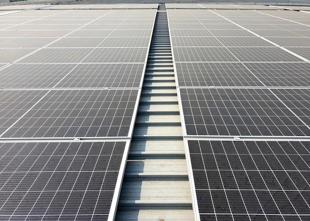 Toit solaire après installation sur le toit de l'usine