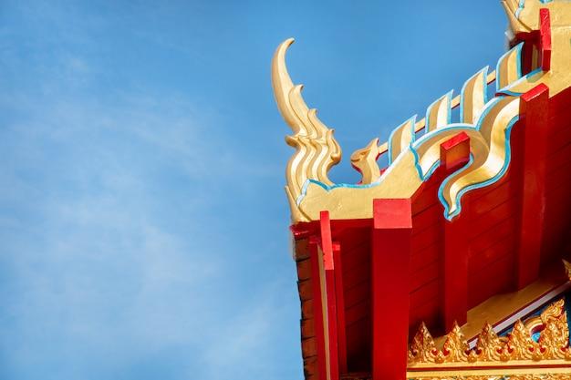 Toit de temple avec ciel bleu