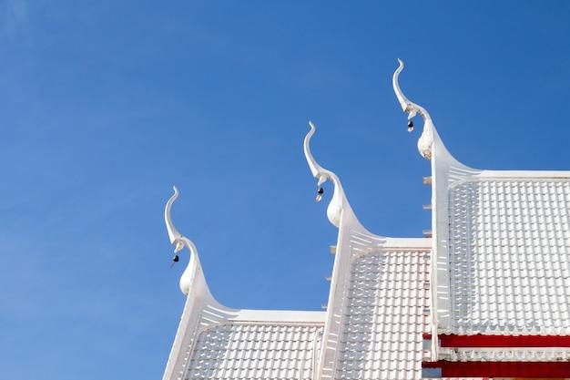Toit de temple thaïlandais bouddhiste beau pavillon blanc. thai toit blanc église au temple thaïlandais