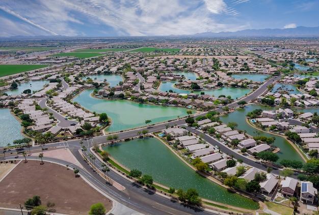 Toits de l'antenne des nombreux petits étangs à proximité d'une maison de ville avondale dans le paysage urbain d'une petite zone de couchage phoenix arizona usa