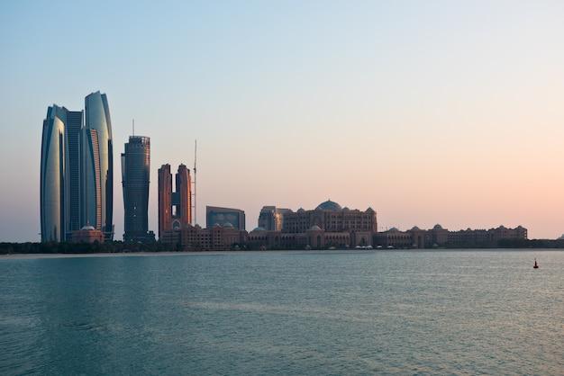 Toits de bâtiments d'abu dhabi depuis la mer