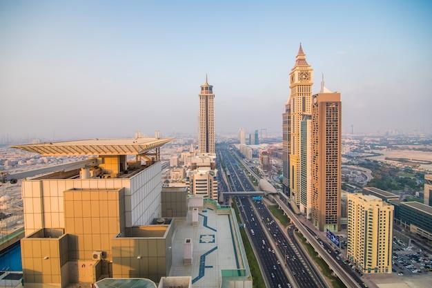 Toits de dubaï au coucher du soleil, emirats arabes unis