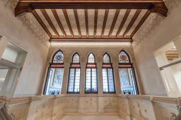 Toits et fenêtres de l'intérieur d'un château