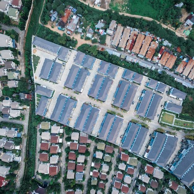 Toits de maison colorés en dense, vue panoramique.
