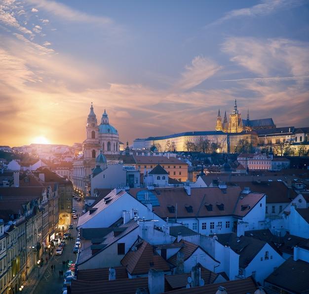 Les toits de prague et la cathédrale saint-guy sur un coucher de soleil