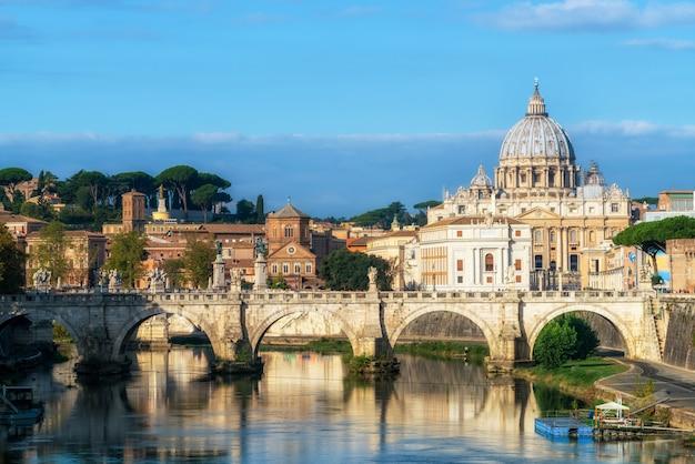Toits de rome avec la basilique saint-pierre du vatican