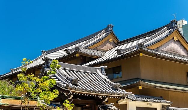 Toits d'un sanctuaire shinto à nara - japon