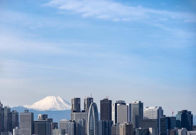Toits de tokyo et fuji de montagne au japon.