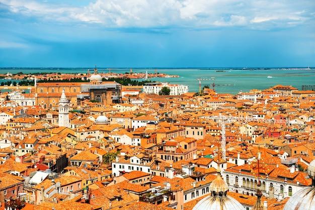 Toits de venise d'en haut. vue aérienne des maisons, de la mer et des palais de la tour san marco
