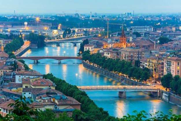 Toits de vérone avec rivière adige et ponts de nuit en italie
