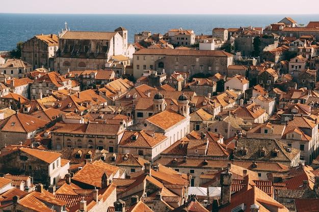 Toits de la vieille ville de dubrovnik tuiles orange sur les maisons vue d'une hauteur depuis le mur