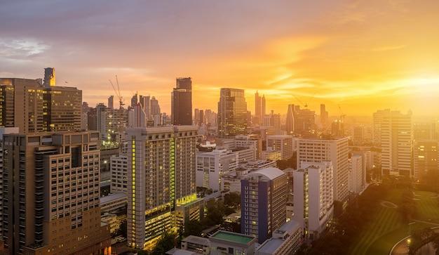 Toits de la ville de bangkok avec des gratte-ciels urbains au coucher du soleil.