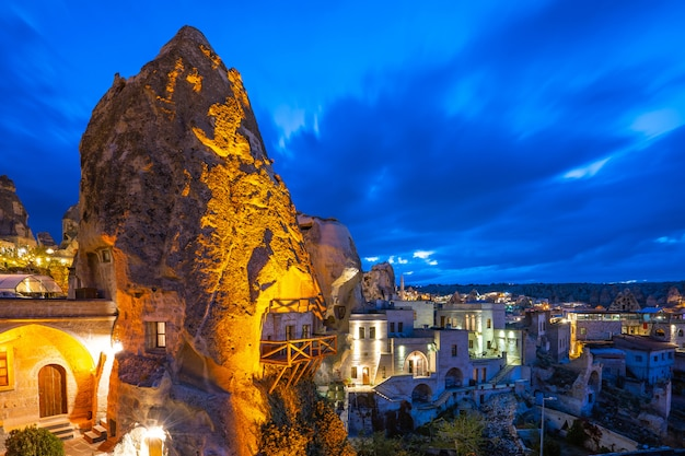 Toits de la ville de cappadoce dans la nuit à göreme, turquie