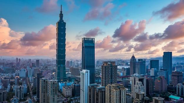 Toits de la ville et gratte-ciel de taipei
