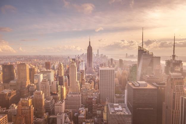 Toits de la ville de new york au lever du soleil