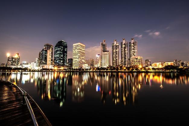 Toits de la ville de nuit moderne avec la réflexion des lumières