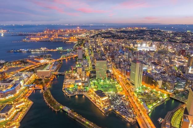 Toits de la ville de yokohama depuis la vue de dessus au coucher du soleil au japon