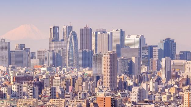 Tokyo, japon - 11 février 2016 : paysage urbain de tokyo au japon avec la montagne fuji en arrière-plan le 11 février 2016 à tokyo, japon.
