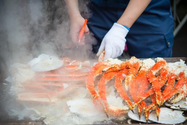 Tokyo, japon street dans le marché extérieur de tsukiji à ginza avec affichage de l'échantillon de détail gros plan de cuisses de homard de crabe rouge cuit viande blanche