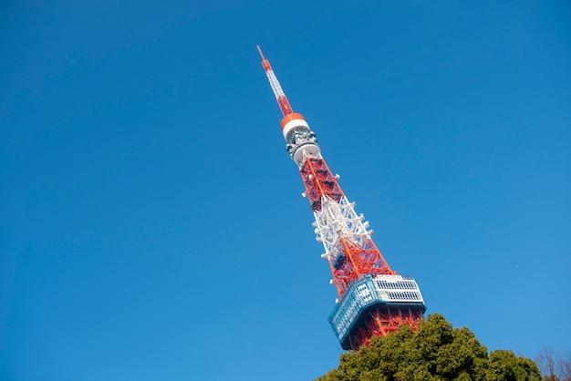 Tokyo tower avec ciel bleu