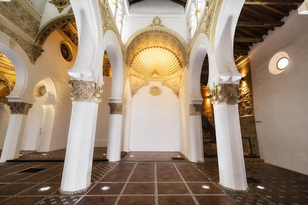 Tolède, espagne - synagogue intérieure de santa maria la blanca à tolède, en espagne.