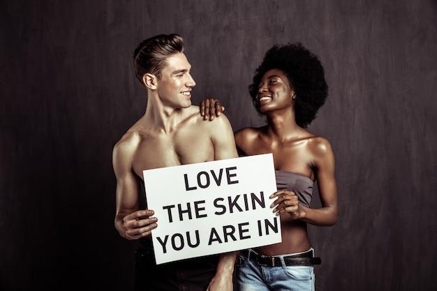 Tolérance et respect. heureux jeune couple souriant tout en montrant leur respect les uns aux autres