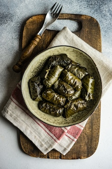 Tolma géorgien traditionnel en feuilles de vigne sur une surface rustique avec copyspace