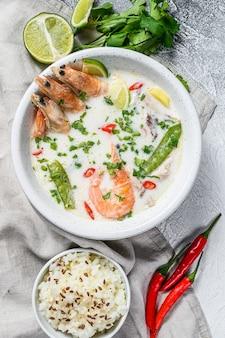 Tom kha gai fait maison. soupe au lait de coco dans un bol. nourriture thaï. vue de dessus