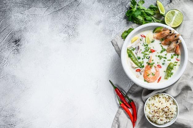 Tom kha gai. soupe épicée crémeuse à la noix de coco avec poulet et crevettes. nourriture thaï. vue de dessus. espace copie