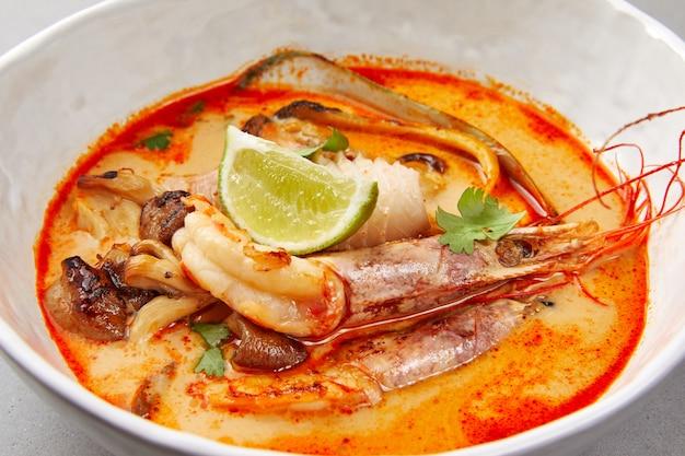 Tom yam, crevettes et poisson à la sauce tomate aux herbes et citron vert, soupe de fruits de mer