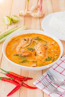 Tom yam kong ou tom yum, est une soupe claire et épicée typique de la thaïlande