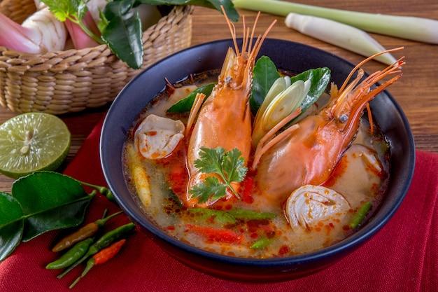 Tom yam kung est une soupe claire épicée typique en thaïlande