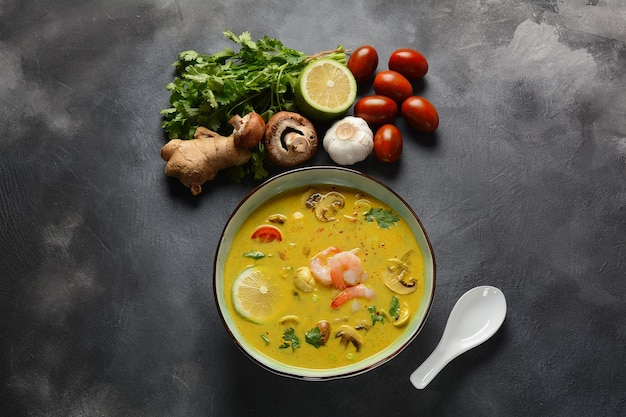 Tom yam kung, soupe thaï épicée aux crevettes