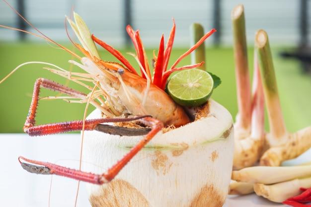 Tom yam kung ou tom yum, tom yam est une soupe épicée et claire typique de la thaïlande.