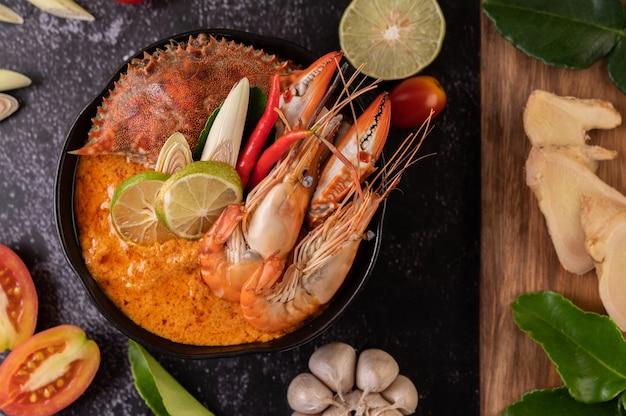 Tom yum aux crevettes et crabe aux feuilles de citron vert, chili, tomate, ail, citronnelle et lime kaffir.