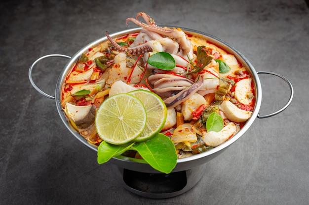 Tom yum fruits de mer mélangés dans une soupe épaisse hot pot spicy thai food.