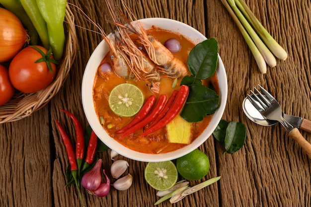 Tom yum kung thai crevettes soupe épicée chaude avec citronnelle, citron, galanga et piment sur table en bois, thaïlande food