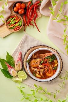 Tom yum ou tom yam est un type de soupe thaïlandaise aigre-douce généralement cuite avec des crevettes crevettes