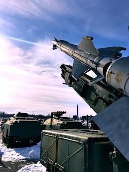 Les tomahawks nucléaires sont dirigés vers le ciel ensoleillé. problèmes sociaux. hostilités. instabilité économique.