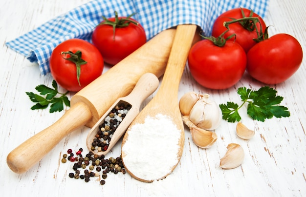 Tomate, ail et farine