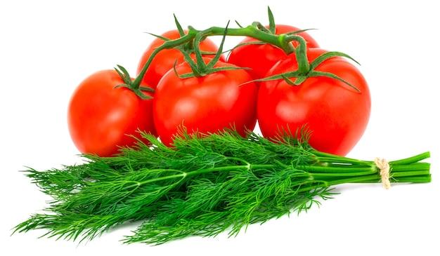 Tomate et aneth isolés sur fond blanc.